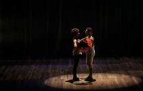 Espetáculo do Studio Viégas de Dança leva o frevo para ruas do Recife