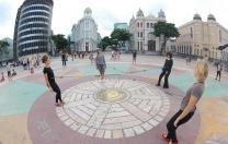Pontilhados, do Grupo Experimental, tem novas apresentações nas ruas do Recife Antigo