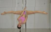 Campeã de pole sports e artistc pole, Jacqueline Colares, grava videoaula de pole dance para Na Ponta do PÉ