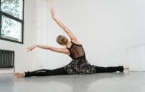 Aulas de ballet 30+, conexão corporal, dança para crianças e pilates são oferecidas pela bailarina Camila Alvim, online